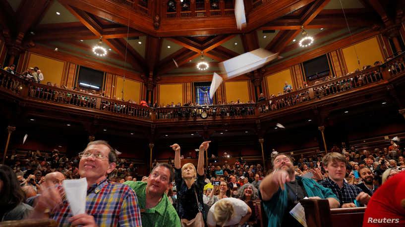 """شاهد: جائزة إيغ نوبل للدراسات العلمية السخيفة.. وهذا العام الجائزة من حظ """"وحيد القرن المقلوب"""""""