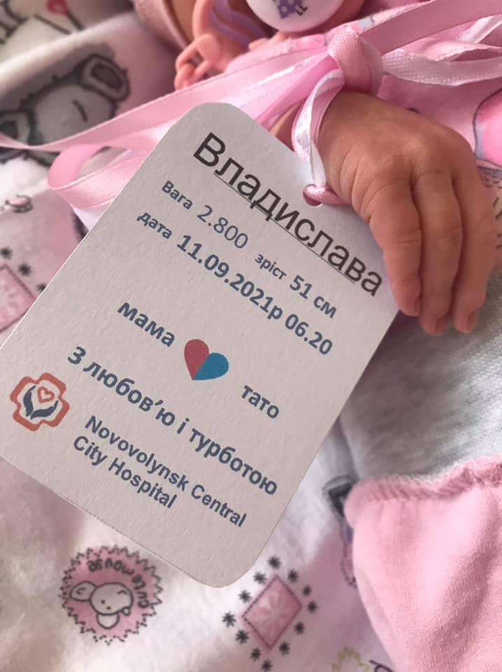 """شاهد:""""إنهم أطفال وليس دمى""""..بطاقة بيانات لحديثي الولادة في مشفى بأوكرانيا تثير غضباً شعبياً"""