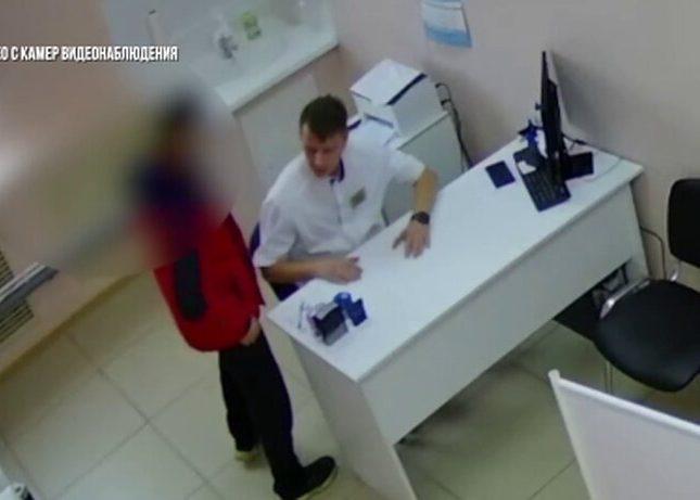 بالفيديو|| لفحصه زوجته المحجبة..الاعتداء على طبيب بالضرب بشكل مؤلم