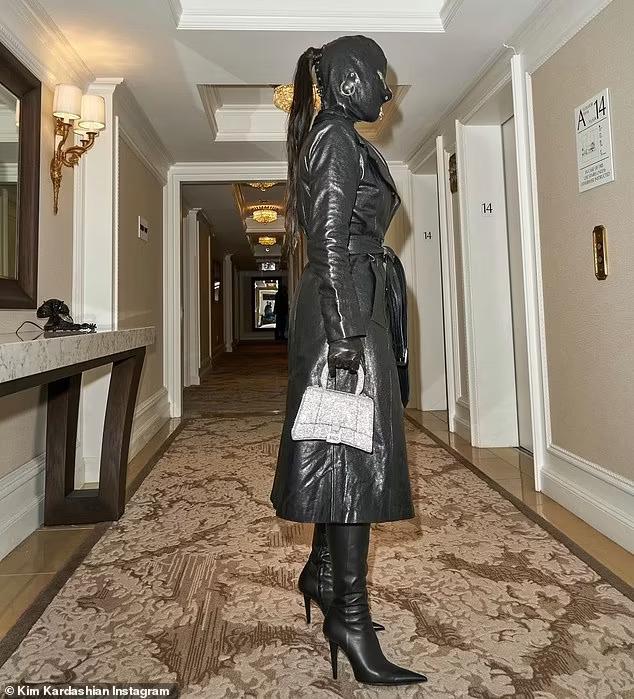 عارضة الأزياء كيم كارداشيان تظهر في أحدى حفلات نيويورك بزي غريب أثار وسائل التواصل -فيديو وصور