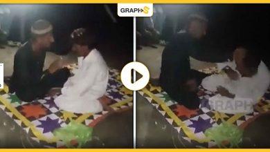 بالفيديو   مشهد طريف لمحاولة إخراج جني من جسد أحد الشبان.. انقلب السحر على الساحر