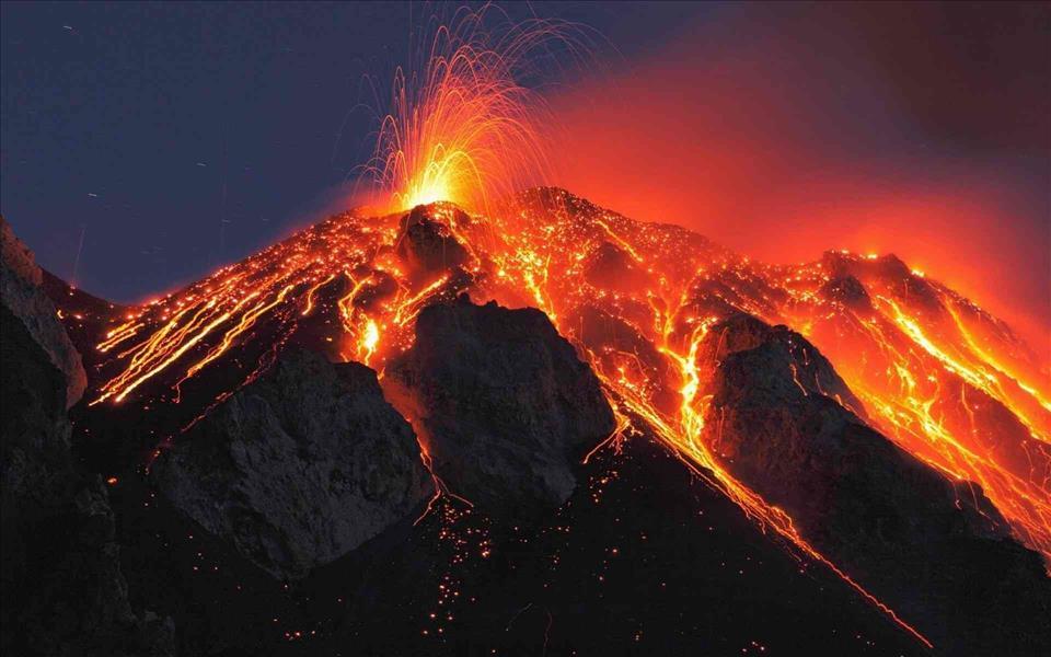 بعد ثوران بركان في جزيرة لا بالما الإسبانية.. بركان آخر ينشط بشكل مخيف من مكان آخر بالعالم -فيديو وصور