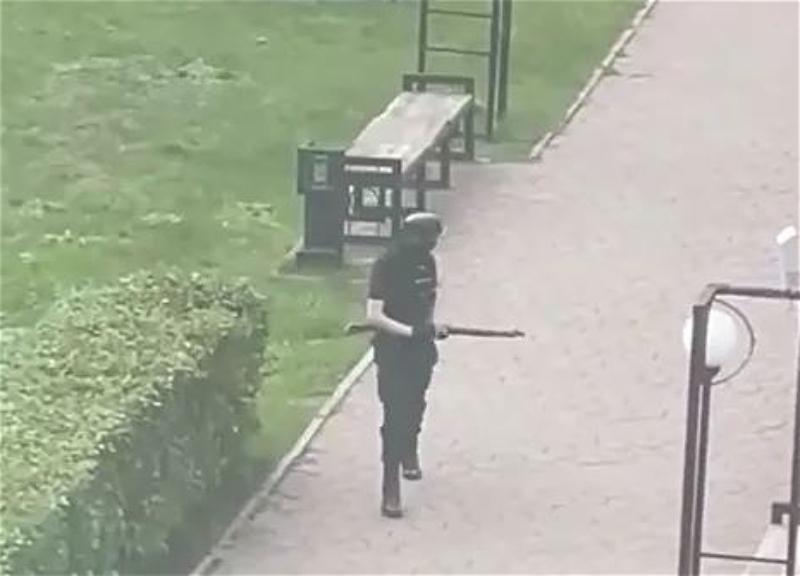 بالفيديو|| طلاب وطالبات تتهاوى من أعلى مسكنهم خوفاً.. ضحايا ومصابين بإطلاق نار بجامعة روسية