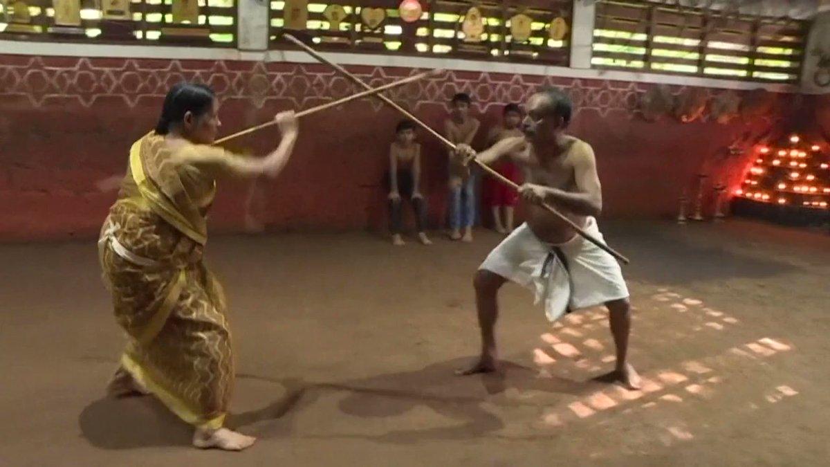 بالفيديو   في اليوم العالمي للمسنين .. شاهد جدة هندية تمارس رياضة المبارزة بشكل احترافي ومذهل