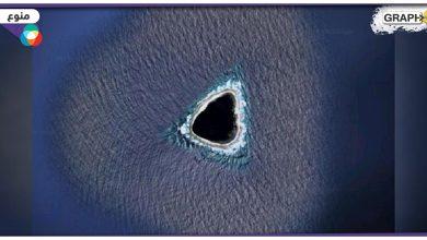 """العثور على """"جزيرة غامضة"""" وسط المحيط بدت كأنها ثقب أسود كبير.. وأثار لونها الحيرة والجدل"""