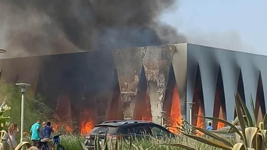 بالفيديو والصور|| قبل انطلاقه بـ24 ساعة.. حريق هائل يجتاح مركز افتتاح مهرجان الجونة