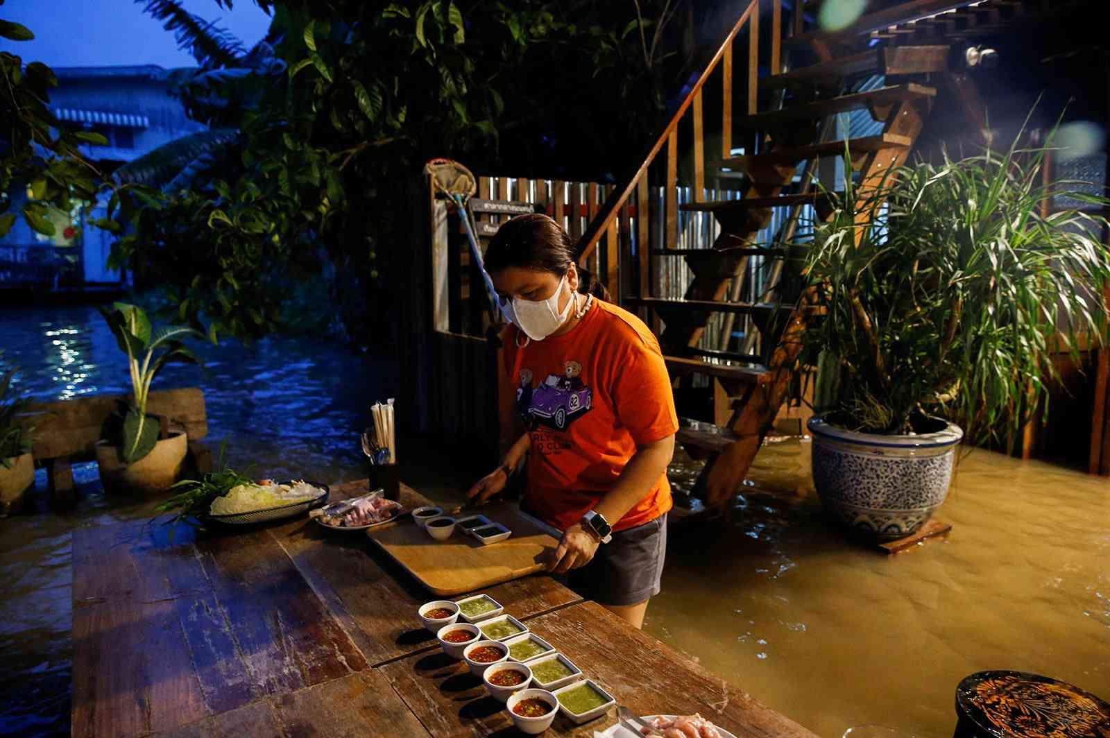 """""""بدلاً من إغلاقه"""".. فيضان يتسبب في زيادة الإقبال على مطعم تايلندي ليصبح معلماً سياحياً"""