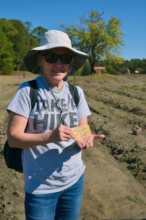 داخل حديقة وطنية.. امرأة أمريكية تعثر على كنزٍ ثمين ونادر