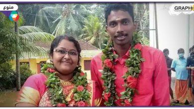 """وسيلة نقل طريفة ومبتكرة.. عروسان هنديان يستقلان """"إناء طهي ضخم"""" للذهاب إلى موقع زفافهما"""
