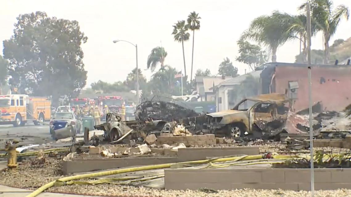 تعرض أحد الأحياء السكنية في مدينة سان دييغو بولاية كاليفورنيا الأمريكية، إلى حادثٍ مروع، بعدما سقطت طائرة لأسباب مجهولة وسط الحي بالقرب من مدرسة ثانوية.