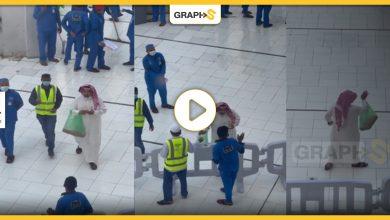 """السعودية: """"قمةٌ في الإنسانية"""".. رجل يوزع المال في الحرم المكي"""
