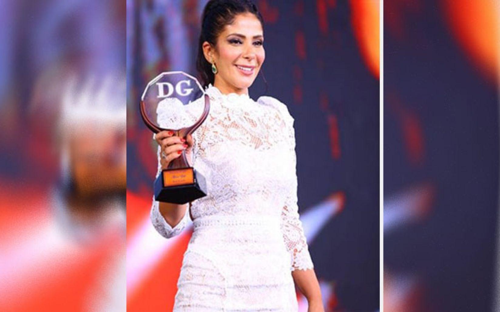 الفنانة المصرية منى زكي ترد على تصرف تسبب بجدلٍ واسع على مواقع التواصل الإجتماعي بسبب ياسمين عبد العزيز