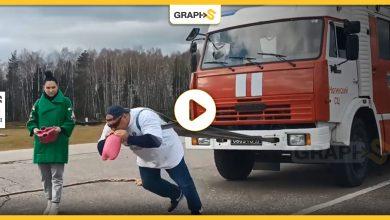 """""""هالك"""" الروسي يسجل رقماً قياسياً جديداً بعد جره لشاحنة إطفاء عملاقة"""