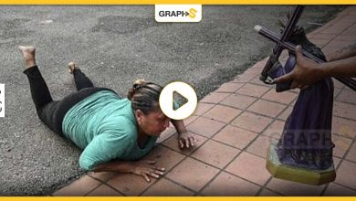 طقوس غريبة: النساء تزحف بالشارع..تعرف إلى يوم المسيح الأسود في بنما - فيديو