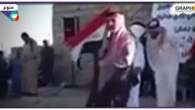 بالفيديو|| لحظة نجاة مسؤول عراقي أثناء إلقائه كلمة وسط العوام.. ألقيت عليه القنابل
