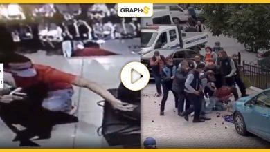بالفيديو||في تركيا: توثيق لحظة سرقة جوال بأحد المتاجر.. واعتداء عنيف على فتى بائع خضار من القوات الأمنية